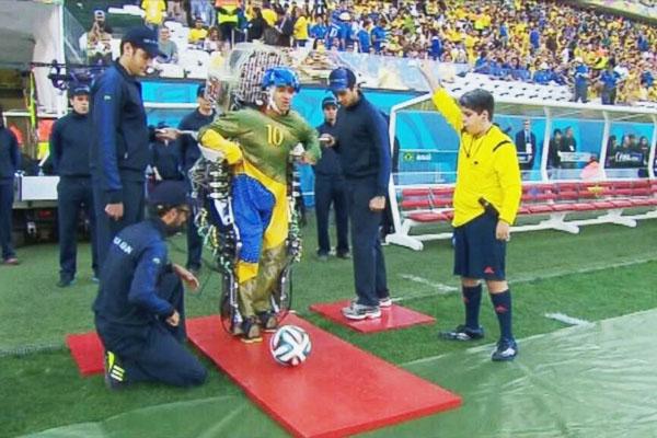 ブラジルワールドカップサッカー大会のオープニングセレモニーを引き受けたのは、下半身が完全に麻痺した29歳の青年ジュリアーノ・ピント