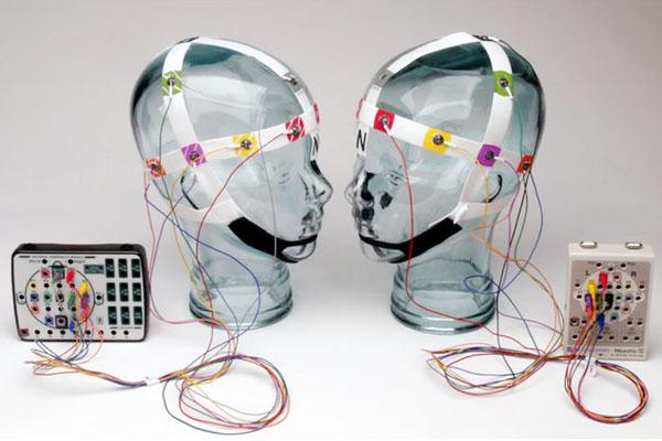 デューク大学のミゲル・ニコレリスが今年「ブレインネット(brainet)」と名付け発表した脳工学の最新の技術のイメージ