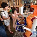 中国・海南省のレストランにロボットウェイトレスが就職