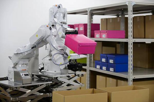 日立の人工知能とロボットアーム