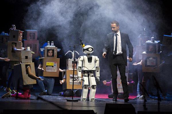 オペラの舞台に立つロボット