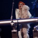 第58回グラミー賞、レディー・ガガがロボットキーボードを演奏