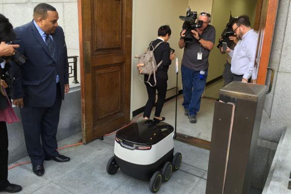 スターシップテクノロジーズ配達用ロボット2