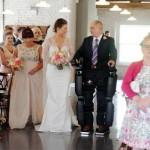下半身麻痺の男性がロボットを装着し娘とバージンロードを歩く