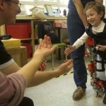 難病を患った5歳の少年、外骨格ロボットを装着し歩くことに成功
