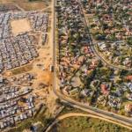 貧富の格差が一目で...ドローンで空撮した南アフリカの写真が話題