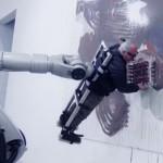共同作業か人間の奴隷化か...ロボットと絵を描く芸術家が話題