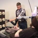 四肢まひ患者「脳に電極」で触覚回復…オバマ大統領と握手