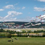 大量の飛行機が離着陸する風景を収めたアート作品・エアポートレイツ