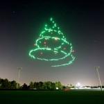 米ディズニー「ドローン花火ショー」開催…300台同時飛行でクリスマスツリーも再現
