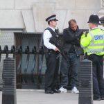 英警察が「犯罪リスク評価AI」を導入へ…「拘束するか否か」を自動判断し冤罪も減少!?