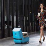 空港で荷物を運び案内もしてくれる自律型ロボット「Care-E」テスト開始…KLMが米空港で導入検討