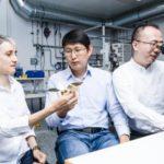 スイス研究者が鶴型マイクロロボットを開発...体内手術や物質加工に応用期待