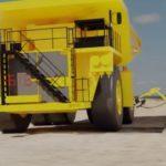 積載290tクラスのダンプカーに自動給油する移動型ロボット「オートフューエル」
